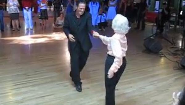 Kiedy wyszli na parkiet wszyscy oniemieli...Zobacz z kim tańczy ten mężczyzna!