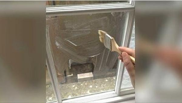 Zamalowała okno w sypialni skrobią kukurydzianą. Efekt? Powalający!