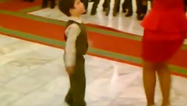 Chłopiec poprosił kobietę do tańca, chwilę później wszyscy byli pod wrażeniem!