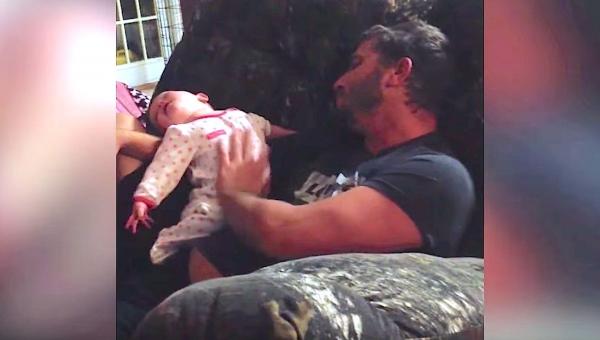 Ojciec wziął córeczkę na ręce, ale mama nie spodziewała się nagrać coś takiego!