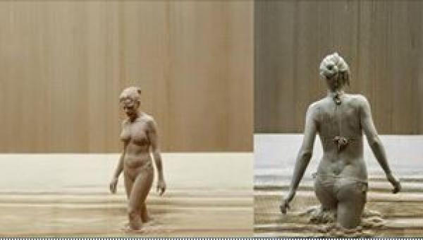 Półnaga kobieta wychodzi z kąpieli błotnej... Przyjrzyj się jej uważnie, a...