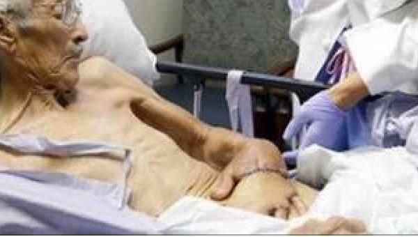 Lekarze zaszyli 87-latkowi rękę... w brzuchu. Powód wciąż mnie zadziwia!