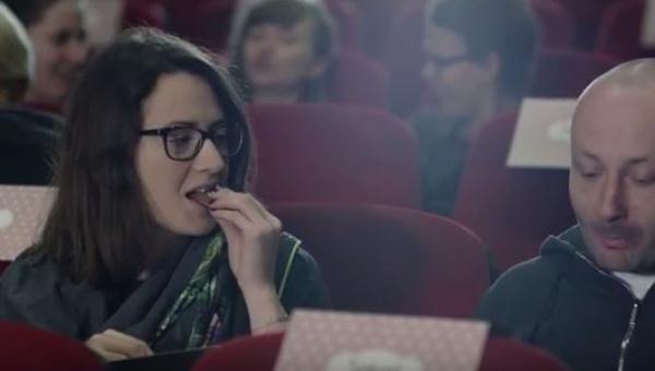 Znalazła na fotelu w kinie cukierka, nie spodziewała się że zachwilę pożałuje...