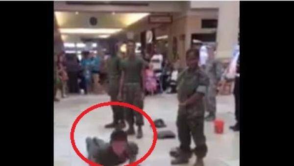 Żołnierz zaczął robić pompki na lotnisku. Nie uwierzycie, kto rzucił mu...