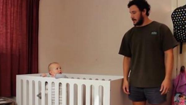 Dziecko patrzy z miłością na swojego tatę. Kiedy słyszy TO zdanie reaguje w...