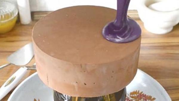 Wylała fioletową polewę na gładką powierzchnię ciasta. Jak wygląda efekt...