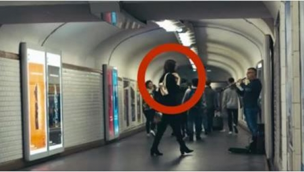 Zazwyczaj nikt nie zwraca uwagi na muzyków w metrze... No chyba że do jednego...