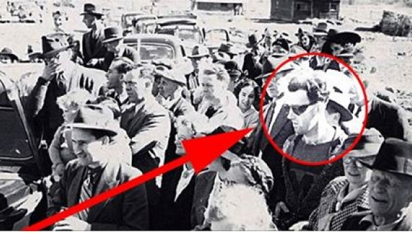 Co na zdjęciu z 1940 roku robi ktoś TAK ubrany?! Zobaczcie inne tajemnicze...