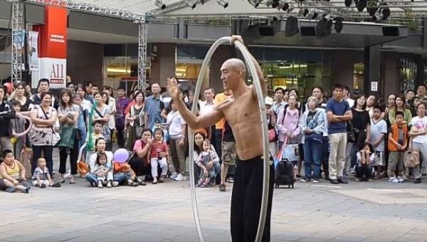 To, co zaraz zrobi ten uliczny artysta, zapiera dech w piersi!