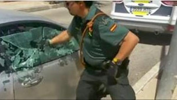 Policjant rozbił szybę w aucie, by uratować psa. Zobaczcie, co się dzieje...