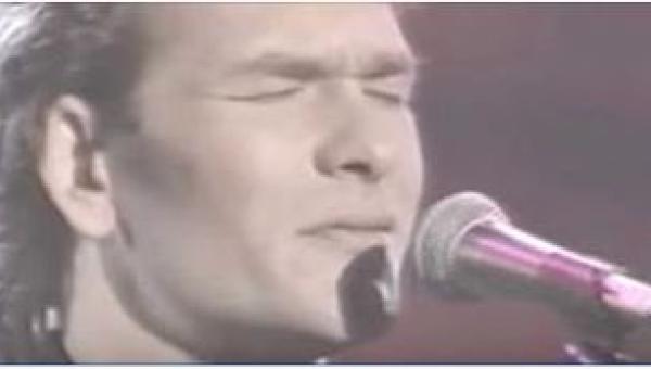 Gdy w 1990 roku Patrick Swayze niespodziewanie pojawił się na scenie i...