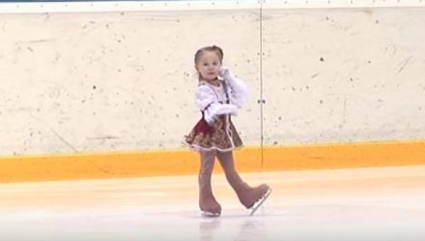 Gdy miał się zacząć występ na lodzie zaledwie 2,5-letniej dziewczynki,...