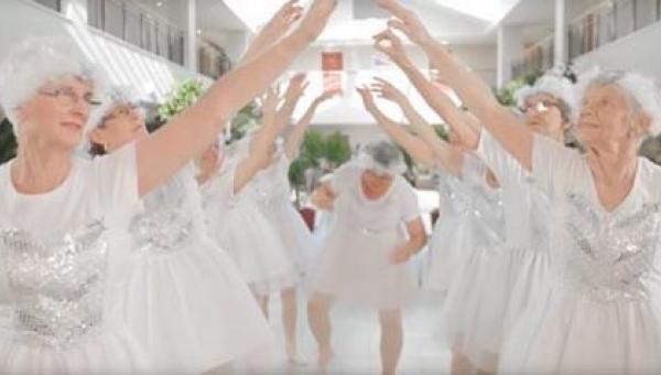 Dziewięć 82-letnich kobiet, ubranych na biało tańczy i śpiewa. Popatrzcie na...
