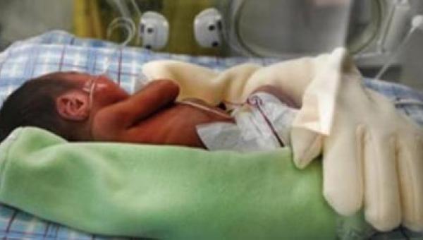 Matka zostawiła rękawice na swoim wcześniaku. Następnego dnia pielęgniarki...