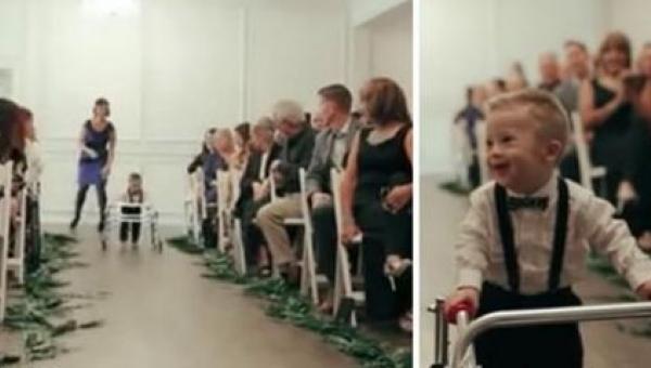 Mały chłopczyk powoli idzie w stronę ołtarza. Otaczają go poruszeni ludzie....