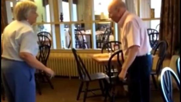 Starsza para wyszła na parkiet w restauracji, koniecznie zobacz ich występ!
