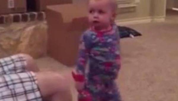 Ten tata raz za razem podkrada zabawkę swojej córeczki. Jej reakcja w 02:11...