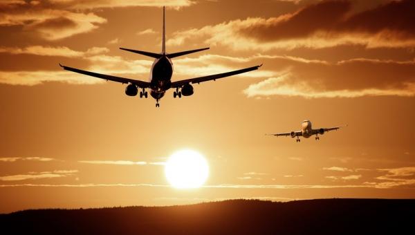Niesympatyczna dziewczyna czekała na lot. Gdy usiadła obok niej starsza pani,...