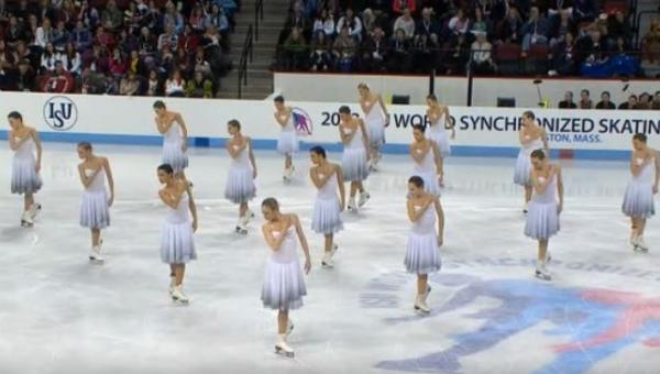 16 łyżwiarek ustawiło się na lodzie, gdy poleciała piosenka Whitney Houston...