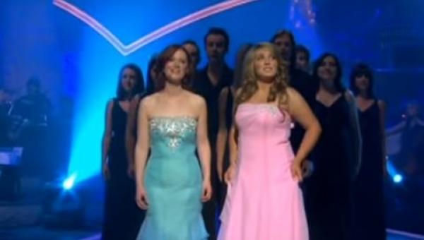 Celtycki chór zaczyna śpiewać znaną piosenkę świąteczną. Efekt jest przepiękny!