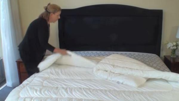 Położyła kołdrę bez poszwy na łóżku, chwile później? GENIALNA SZTUCZKA!