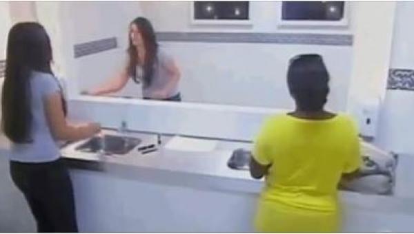 Kiedy ta kobieta weszła do publicznej łazienki i chciała poprawić makijaż nie...