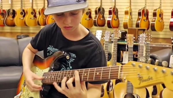 Właściciel sklepu muzycznego był pewny, że słyszy granie legendy rocka, kiedy...