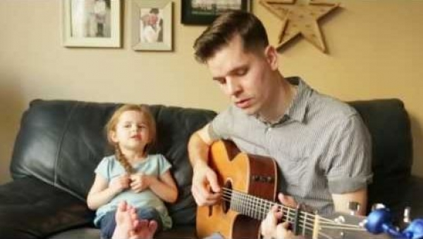 Mężczyzna zaczął pięknie śpiewać, ale kiedy jego 4 latka otworzyła usta...