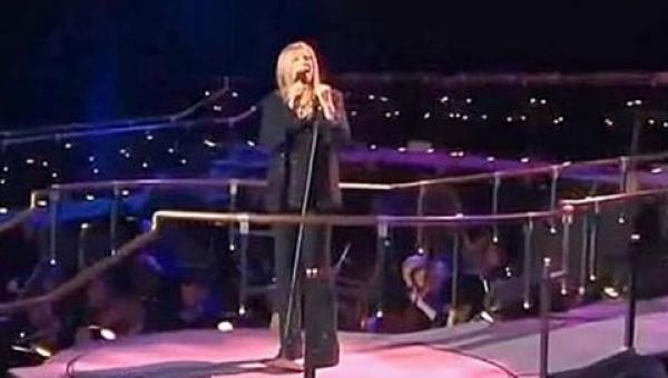 Barbara Streisand śpiewa Memory z musicalu Koty, nagle dołącza do niej Susan...