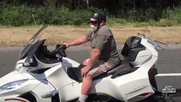 Mężczyzna na ogromnym motocyklu zwraca uwagę innych użytkowników drogi -...