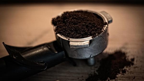 Po wypiciu kawy wyrzucacie resztki do śmieci? Po przeczytaniu tego artykułu...