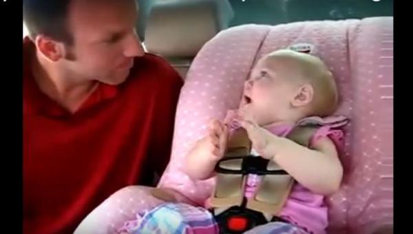 Córeczka koniecznie chciała mu coś powiedzieć, a gdy zaczęła mówić, już nie...