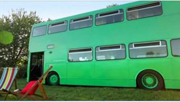 Kupił autobus i zamienił go w dom na kółkach! Zobaczcie, jak wygląda w środku :)