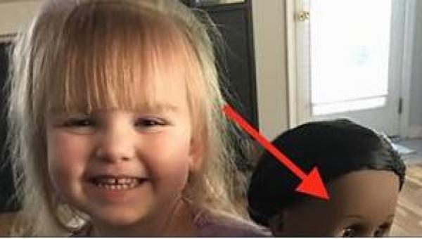 Kasjerka zobaczyła lalkę, jaką wybrała sobie dziewczynka i powiedziała jej,...