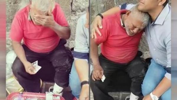 Ten mężczyzna siedział na ulicy od kilku godzin próbując sprzedać słodycze....