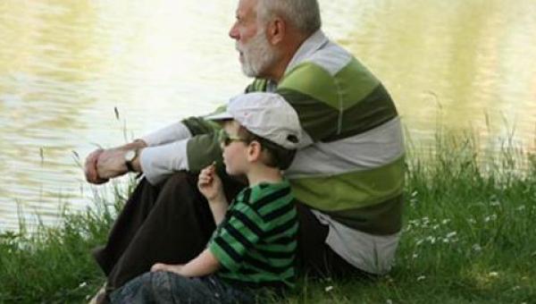 Dzieci, które dorastają z dziadkami są szczęśliwsze! Przeczytaj dlaczego.