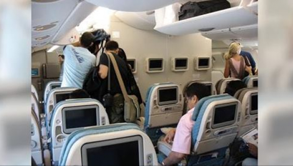 Obcy mężczyzna zatrzymał wsiadającą do samolotu kobietę w mundurze i zapytał...
