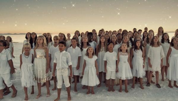 Dziecięcy chór wykonuje piosenkę popularnej wokalistki Rihanny - nie możemy...