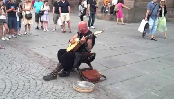 Gdy zaczął śpiewać, nikt nie mógł uwierzyć w to, że te dźwięki wydobywają się...