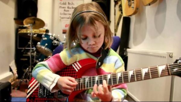 7 latka zaczyna grać na gitarze, to co robi po chwili sprawia, że nie możemy...