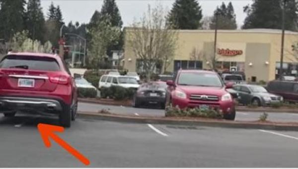 Mężczyzna zajął dwa miejsca parkingowe. Kiedy wrócił do samochodu, czekała na...