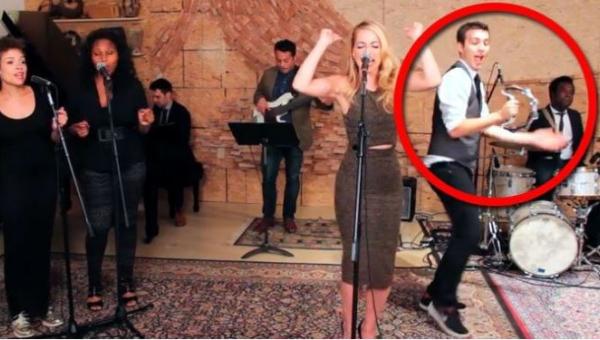 Blond wokalistka jest świetna, ale poczekaj aż zobaczysz co wyprawia chłopak...