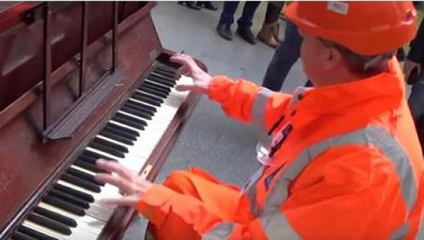 Kiedy pracownik kolei podszedł do pianina, przechodnie nie spodziewali się,...