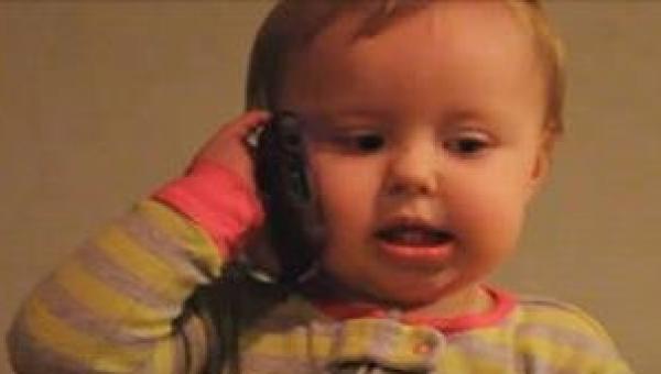 To, jak ten maluszek rozmawia ze swoim tatusiem, wywoła uśmiech na Twojej...