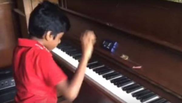 Ten chłopiec ma dopiero 9 lat i gry na pianinie uczy się od zaledwie roku....