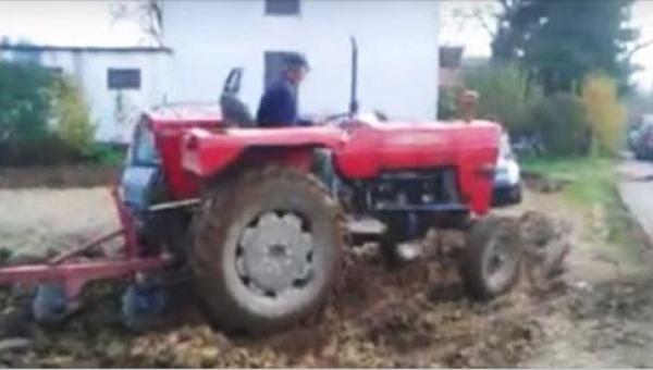 Nie chcieli przeparkować samochodów z posesji rolnika - jego zemsta rozbawiła...