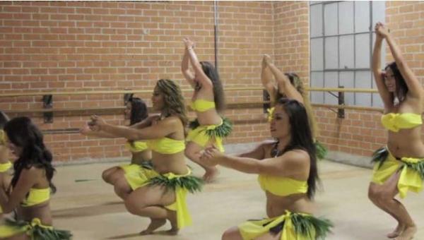 Ten niesamowity tahitański taniec sprawi, że nieświadomie zaczniesz poruszać...