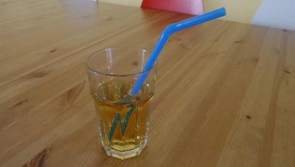 Kiedy słomka, którą zanurzyła w drinku zmieniła kolor, kobieta od razu...