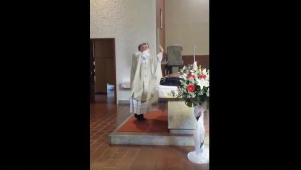 Msza ślubna trwała w najlepsze, gdy nagle ksiądz zaczął się nietypowo...