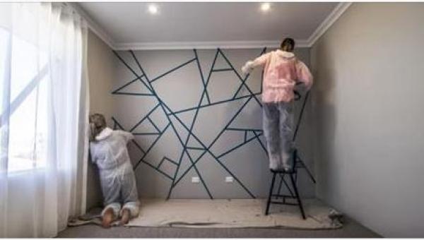 Pokryły ścianę fragmentami taśmy klejącej. Kiedy skończą malować, rezultat...
